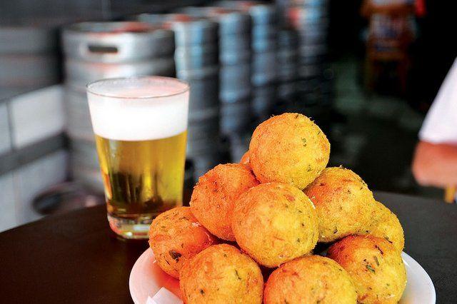 Bar do Adonis Bolinhos de bacalao y cerveza bien fría rio de janeior para mochileros