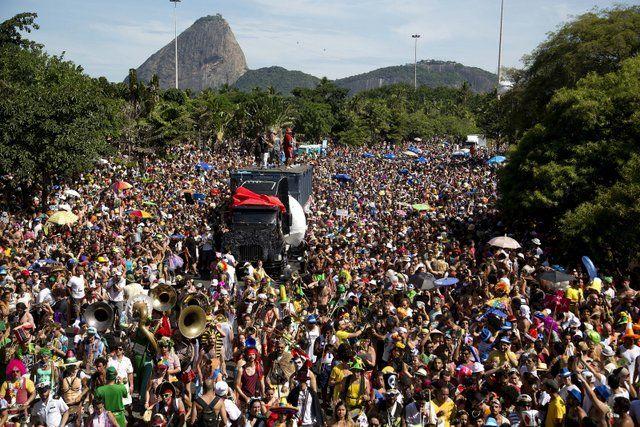 blocos de rua desfilando por las calles carnavales de rio de janeiro