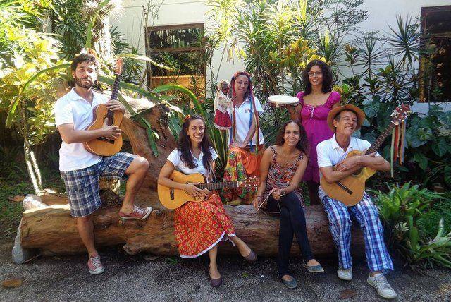 Artistas y Trovadores Populares amenizan las visitas guiadas casa do pontal rio de janeiro