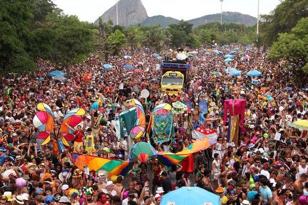 Calles llenas de gente durante del desfiles del carnaval