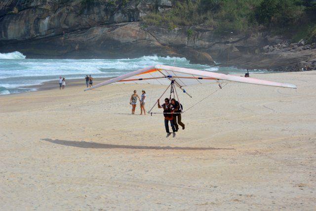Aterrizando en la playa de São Conrado ala delta en rio de janeiro
