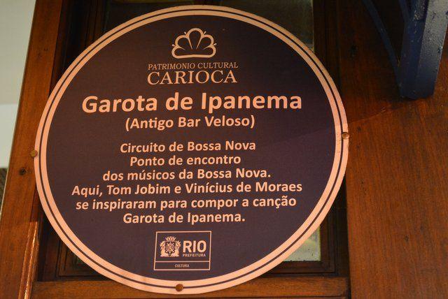 Placa conmemorativa en el antiguo Bar Veloso, lugar donde nació la famosa canción la chica de ipanema