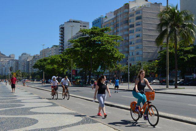 Practicando ciclismo en la orla de Copacabana