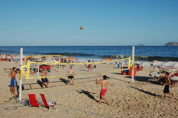 Partido de voley playa sobre la arena de Ipanema