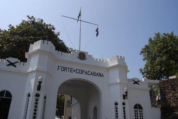 Entrada principal al Fuerte de Copacabana