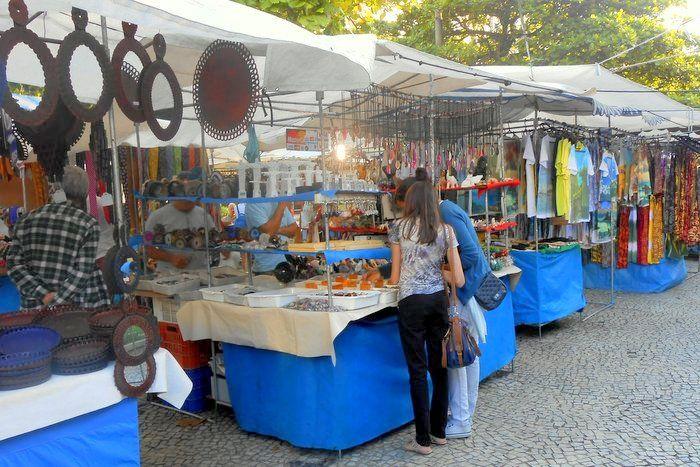 Puestos en la feria hippie de Ipanema