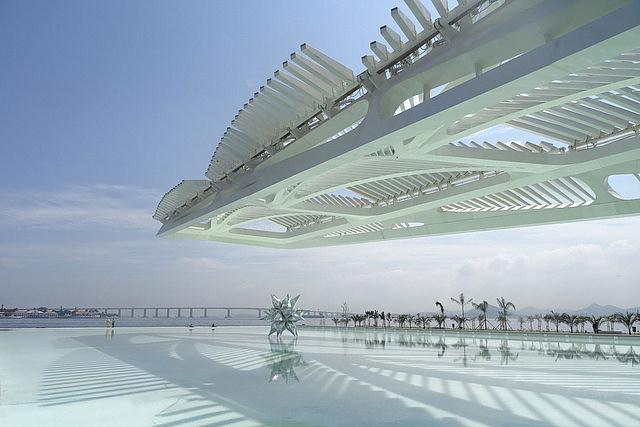 El Museo del Mañana con el puente Río-Niteroi que cruza la bahía de Guanabara